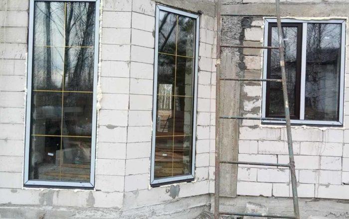 установка ламинированных окон со шпросами